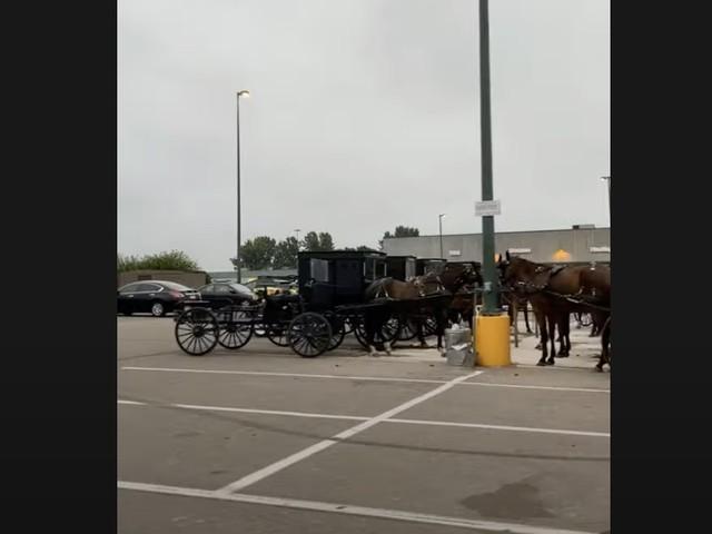 Scène moyenâgeuse sur le parking d'un fast-food américain