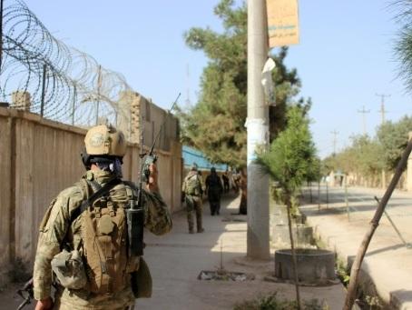 Afghanistan: frappe américaine et attaques des talibans, la paix s'éloigne