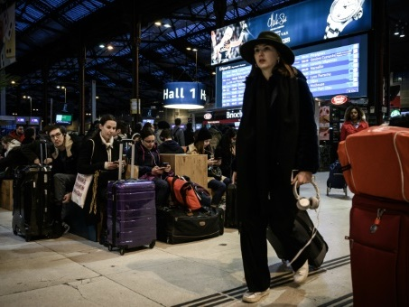 """Grèves: au 1er jour des vacances de Noël, trafic toujours """"très perturbé"""" et voyageurs épuisés"""