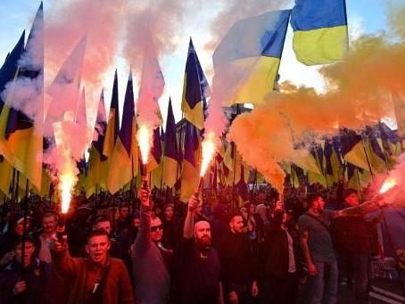 """Ukraine: des milliers de nationalistes ont défilé contre la """"capitulation"""" face à Moscou"""