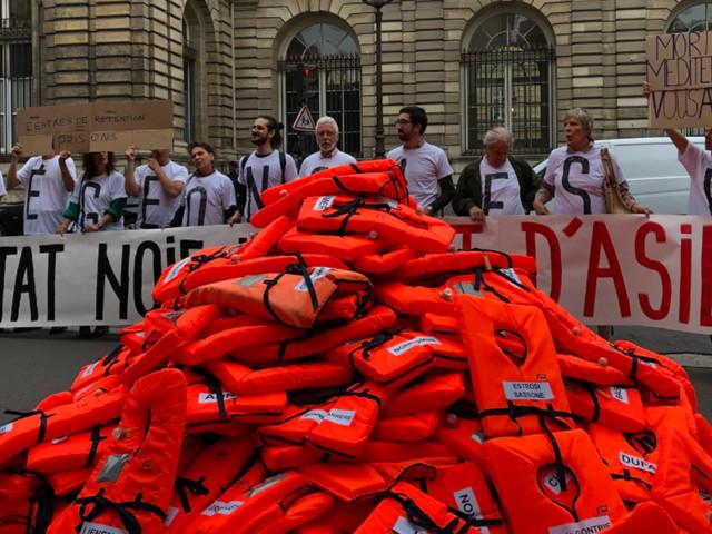 Aquarius : des gilets de sauvetage devant le Sénat avant l'examen de la loi asile-immigration