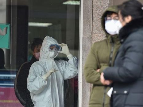 """Coronavirus : port du masque et """"inquiétude"""", la vie en quarantaine des Français à Wuhan"""