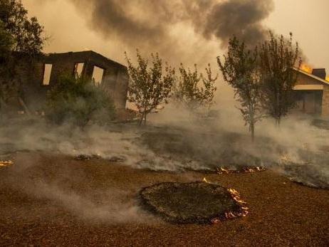 Un violent incendie se propage au milieu des vignobles californiens