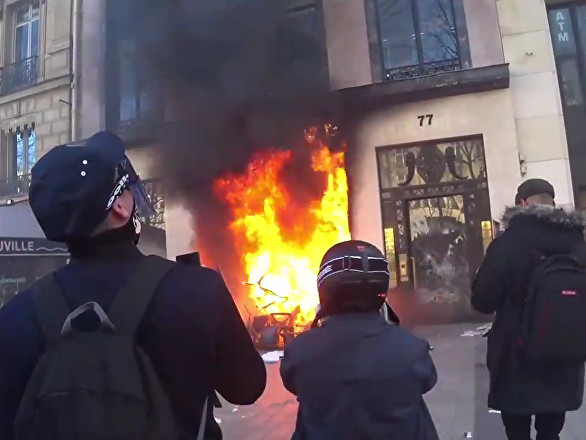 «C'est terminé»: Macron interdira-t-il les rassemblements sur les Champs-Élysées?
