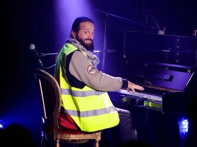 Francis Lalanne : il passe son concert en gilet jaune !