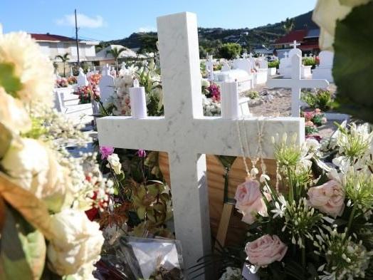 Sur la tombe de Johnny Hallyday à Saint-Barth, la ferveur de ses admirateurs est intacte