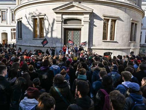 Colère étudiante: Macron joue l'apaisement par crainte d'une coagulation sociale