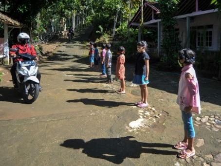Des enseignants sur les routes pour les Indonésiens privés d'école