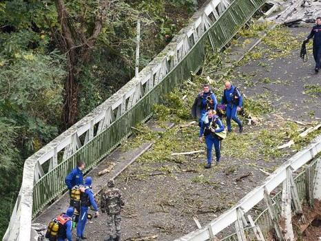 Pont effondré : la famille de l'adolescente décédée appelle au calme