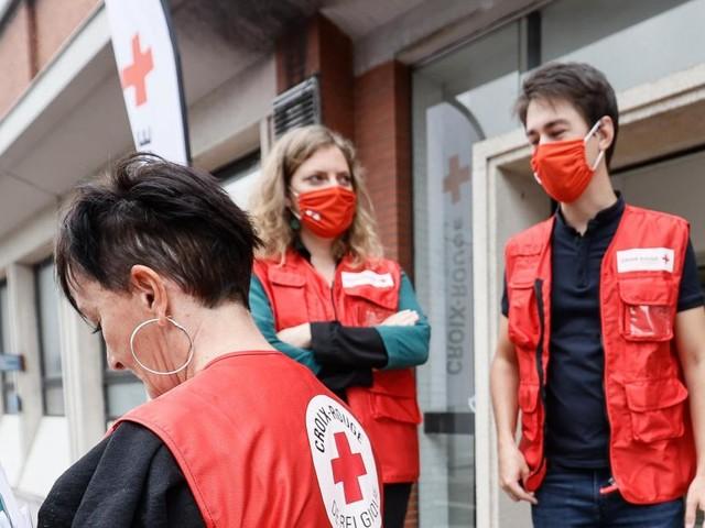 Inondations: La Croix-Rouge fait un appel aux bénévoles pour l'aider dans sa distribution de 12.000 repas par jour dans les zones sinistrées