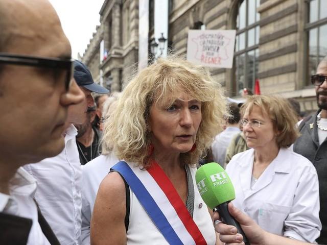 """Le dérapage de Martine Wonner, qui appelle à """"envahir les permanences parlementaires"""", déclenche la polémique"""