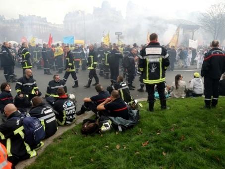"""Manifestation nationale de milliers de pompiers """"en colère"""" à Paris"""
