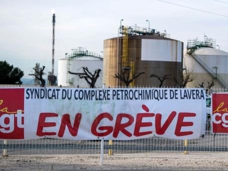 Grèves: perturbations dans la totalité des raffineries