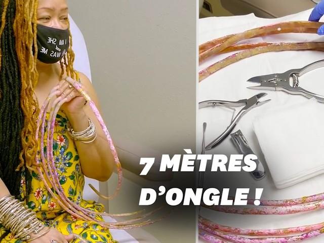 La femme aux ongles les plus longs du monde les coupe pour la 1ère fois en 30 ans