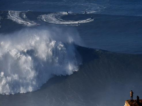 A Nazaré (Portugal), une houle géante prise d'assaut par les surfeurs de l'extrême (photos)