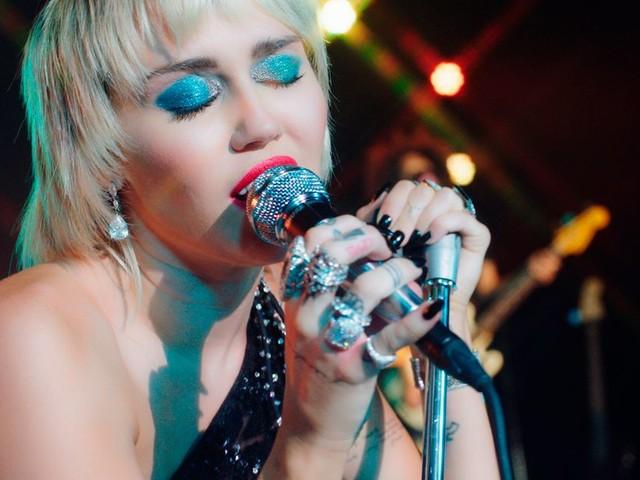 Miley Cyrus rendra hommage à Metallica dans un album de reprises