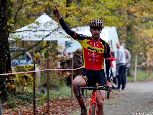 Renard, quel beau champion d'Indre-et-Loire - Ludovic Renard (US Saint-Pierre-des-Corps) a remporté, ce dimanche, le cyclo-cross de Nouzilly, support du Championnat d'Indre-et-Loire et organisé par l'US Saint-Pierre-des-Corps. Il a devancé Mathis Terrasson (Laval Cyclisme 53) et son coéquipier Benjamin Masset. (Amélie Barbotin - Photographies - La Nouvelle République - Actualité - DirectVélo)