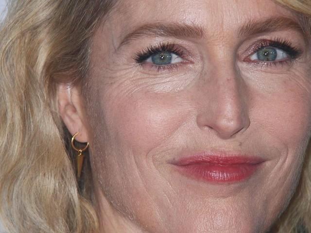 """Gillian Anderson, sublime au bras de son compagnon Peter Morgan pour """"The Crown"""""""