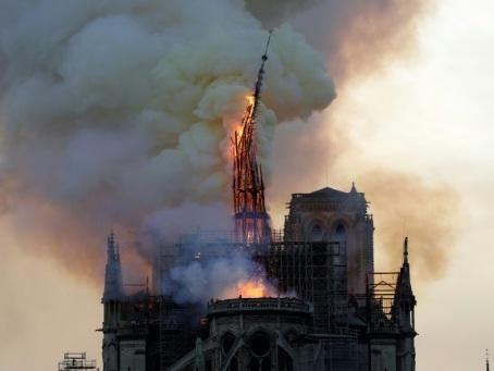 L'incendie de Notre-Dame: émotion, solidarité et polémiques
