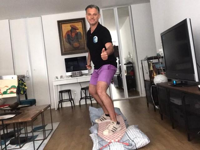 """A Bordeaux, le """"coach des confinés"""" publie une vidéo pour faire du surf dans son salon malgré le Covid19"""