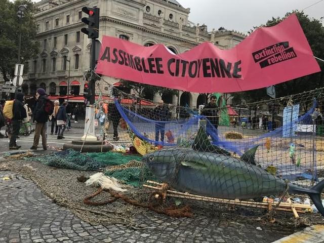 EN IMAGES - Qui sont les militants d'Extinction Rebellion place du Châtelet ?