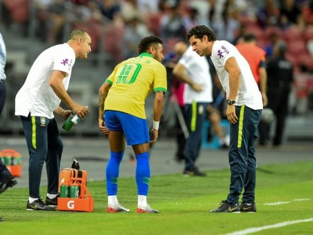"PSG: Neymar, absent quatre semaines, pas de ""clasico"" contre l'OM"