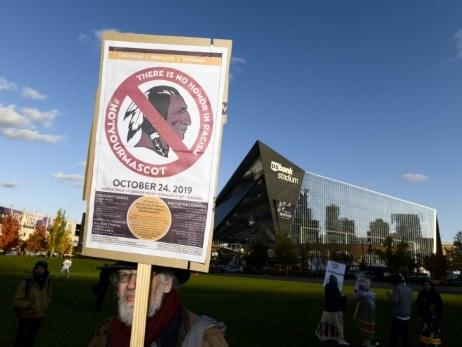 NFL: des manifestants protestent contre le nom jugé raciste des Redskins