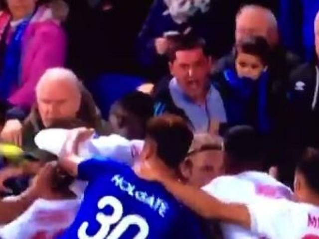 Everton-Lyon: ce supporter anglais participe à une bagarre générale... avec son fils dans ses bras
