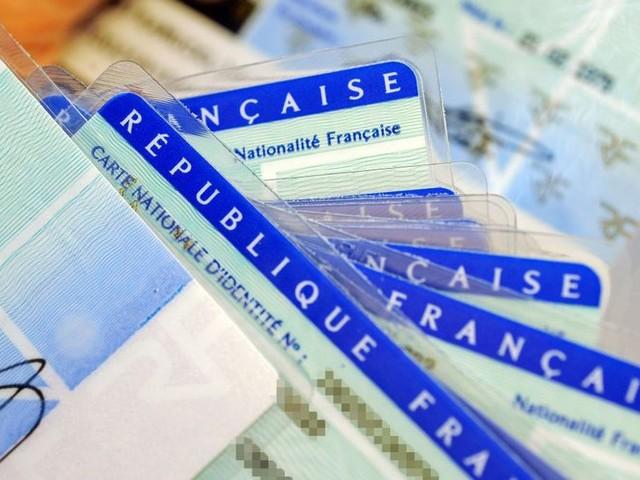 Une nouvelle version plus petite de la carte d'identité en France dès 2021