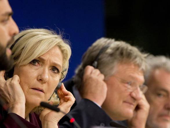 «Le voile n'est pas un bout de tissu anodin, c'est un marqueur de radicalité», selon Marine Le Pen