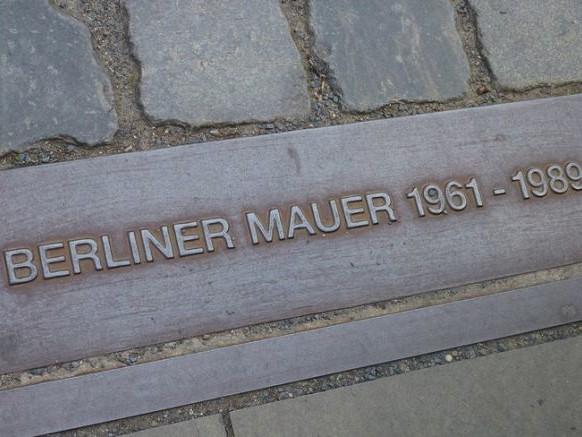 Les graffitis du Mur de Berlin dans une police de caractère