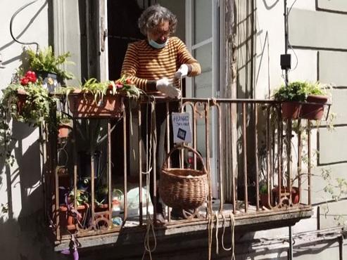 Coronavirus en Italie: à Naples, les habitants font des dons de nourriture grâce à un panier qui voyage entre balcons (vidéo)