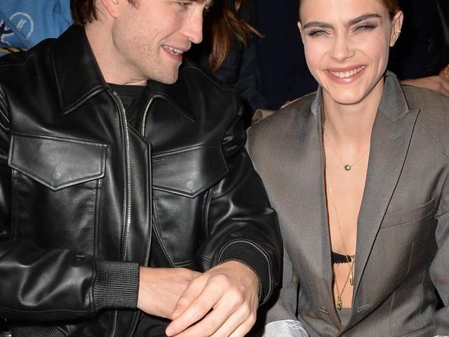 Cara Delevingne hilare en soutien-gorge avec Robert Pattinson à la Fashion Week