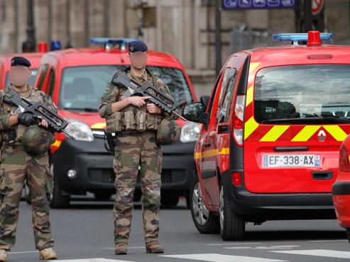 """Attaque à la préfecture de police de Paris: la femme de l'assaillant affirme que son mari a """"entendu des voix"""""""