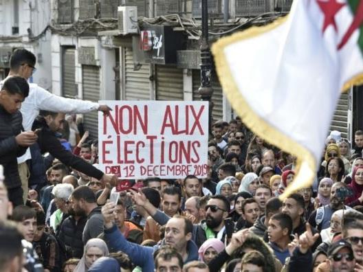 Algérie: les étudiants défilent nombreux à 48 heures de la présidentielle