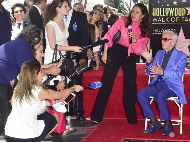 """Vidéo: Aznavour reçoit son étoile sur le """"Walk of Fame"""" d'Hollywood"""