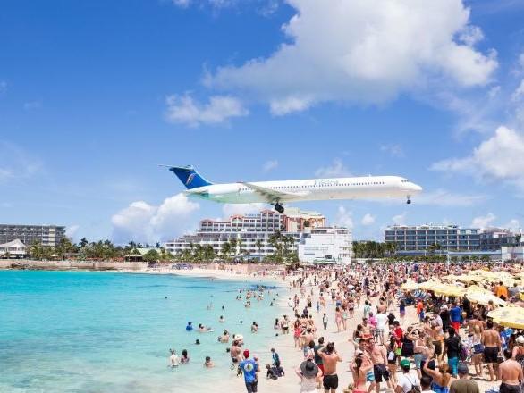 Un avion fait un amerrissage d'urgence devant des vacanciers abasourdis aux USA – vidéo