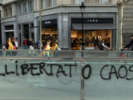 """Catalogne: """"grève générale"""" et manifestation à Barcelone après de nouvelles violences"""