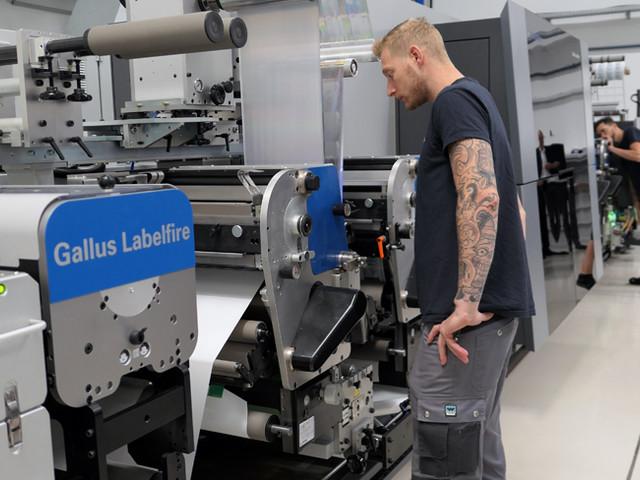 Retour sur un an de production sur la presse à étiquette Gallus Labelfire à l'imprimerie Insignis-Etiketten