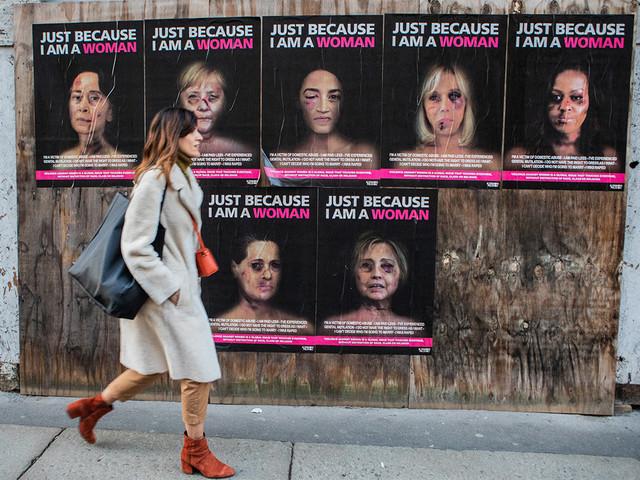 « Just because I am a Woman » : les visages tuméfiés de Michelle Obama ou Hillary Clinton sur les murs à Milan