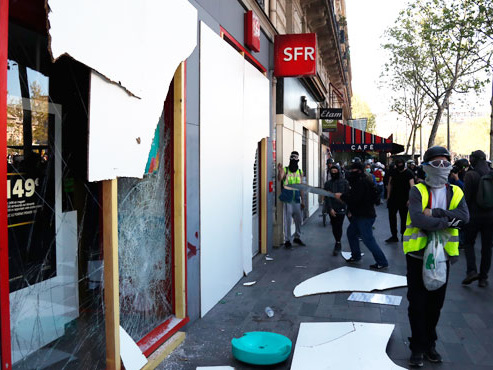 Scènes de pillage en plein cœur de Paris: des casseurs vident les rayons de boutiques pendant la manifestation des gilets jaunes