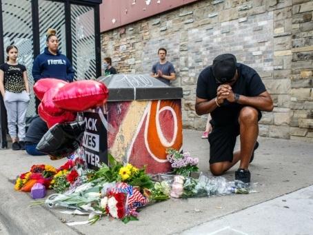 """A Minneapolis, des fidèles noirs cherchent à """"dépasser la haine"""""""