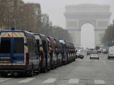 """Sur les Champs-Elysées, """"un attroupement de bleus"""" mais pas de """"gilets jaunes"""""""