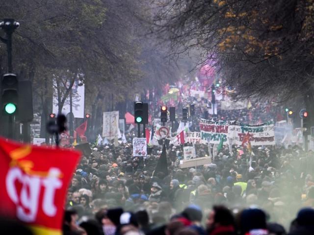 EN DIRECT - Manifestation parisienne contre la réforme des retraites : des heurts, le cortège immobilisé