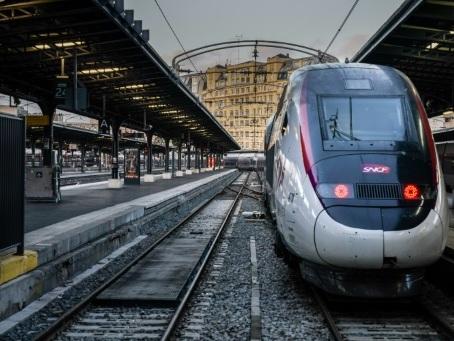 """Retraites: Edouard Philippe demande à la SNCF un """"plan de transport"""" pour Noël"""
