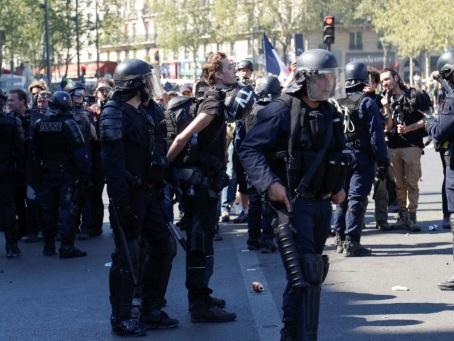 """""""Gilets jaunes"""": le journaliste Gaspard Glanz jugé vendredi pour un doigt d'honneur à des policiers"""
