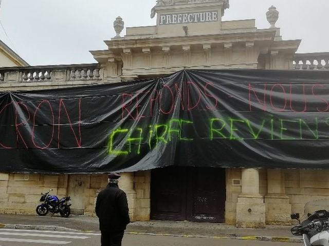 Dijon : des agriculteurs en colère manifestent devant la préfecture
