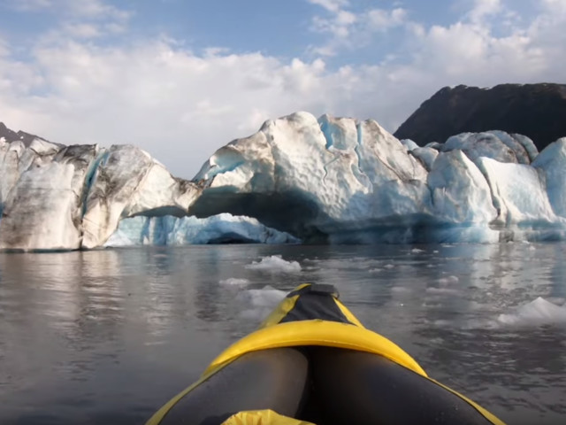 VIDÉO - Alaska : un glacier s'effondre devant deux kayakistes