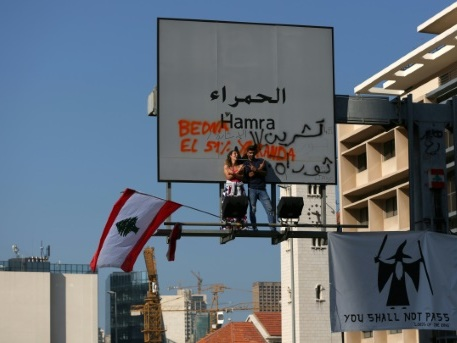 Liban: les manifestants maintiennent la pression en bloquant des routes
