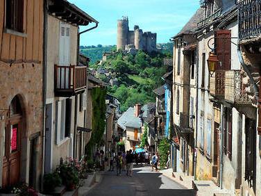 Après les villes, Airbnb mise sur les villages